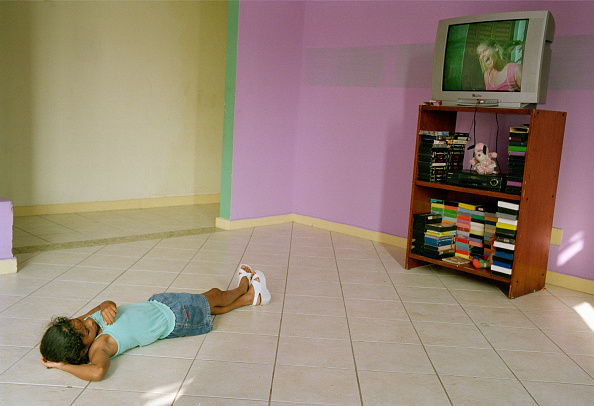 Tiled Floor「Brazil, Rio de Janeiro, Leblon district, girl (8-9) watching TV at homeless shelter」:写真・画像(18)[壁紙.com]