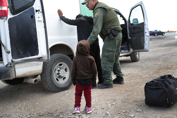 Immigrant「U.S. Customs And Border Patrol Agents Patrol Border In El Paso, TX」:写真・画像(1)[壁紙.com]