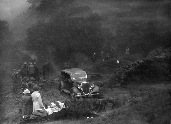 Dirt Road「Ford V8 saloon of TC Wise competing in the MCC Sporting Trial, 1935」:写真・画像(5)[壁紙.com]