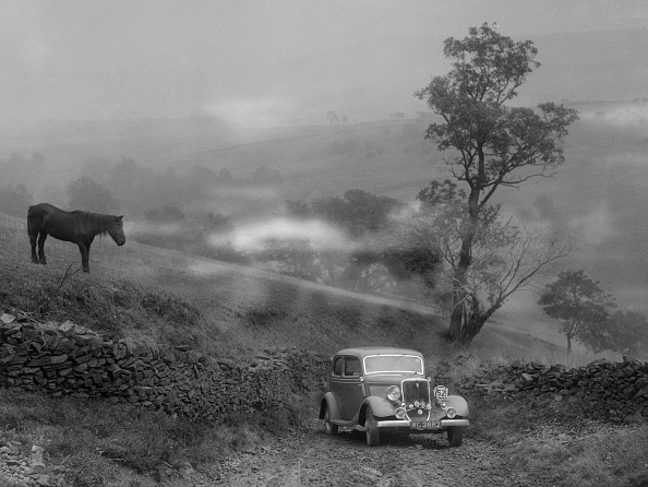 Country Road「Ford V8 saloon of RE Alexander competing in the MCC Sporting Trial, 1935」:写真・画像(8)[壁紙.com]