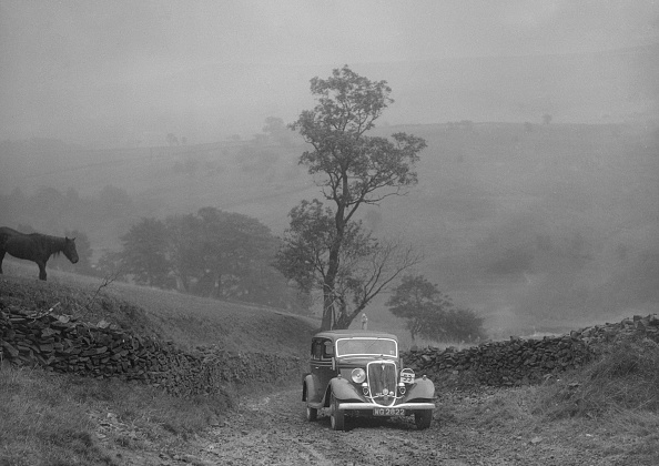 Dirt Road「Ford V8 saloon of AKB Clarkson competing in the MCC Sporting Trial, 1935」:写真・画像(4)[壁紙.com]