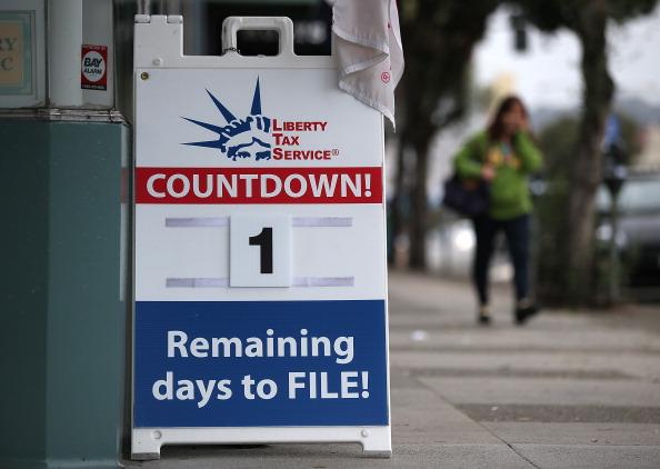 File「Tax Preparers Help Last Minute Filers Ahead Of Income Tax Deadline」:写真・画像(9)[壁紙.com]