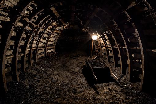 掘る「シャベルや手押し車で石炭発掘」:スマホ壁紙(5)