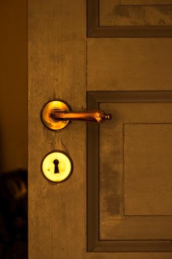 Closed「Brass door handle and lock」:スマホ壁紙(2)