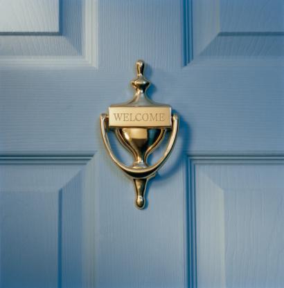 Front Door「Brass door knocker on front door engraved with word 'welcome', close-up」:スマホ壁紙(4)