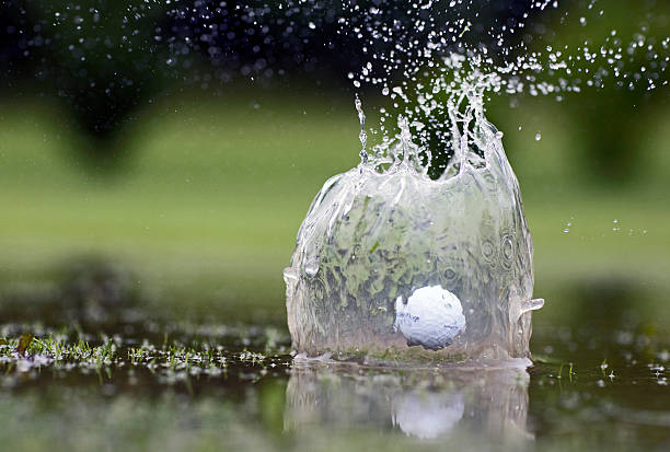 Golf ball landing in pond, close-up:スマホ壁紙(壁紙.com)