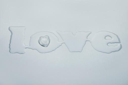文字「Ice heart forming love out of melted water」:スマホ壁紙(18)