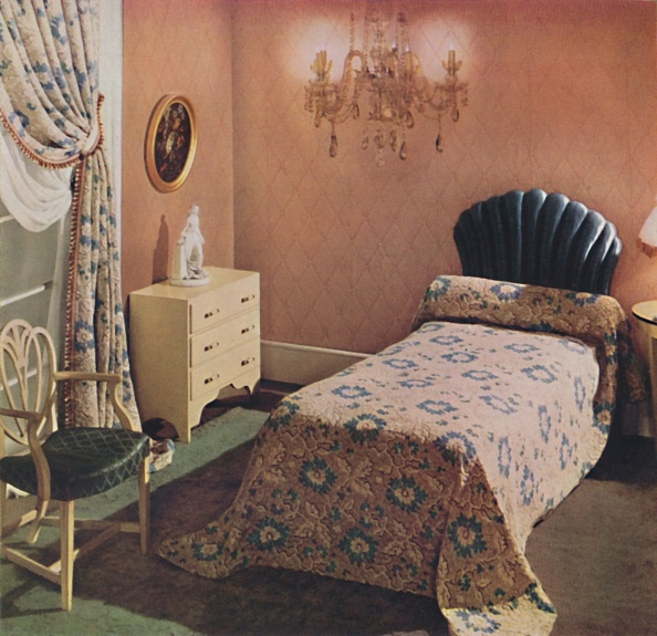 Bedroom「A Vantona Court Bedcover Gives A Luxurious Note To This Bedroom 19」:写真・画像(7)[壁紙.com]