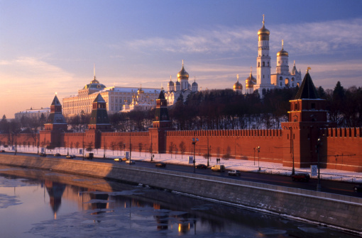 Russian Culture「Russia, Moscow, Church of Archangel Michael and Assumption Cathedral behind Kremlin Wall at sunrise」:スマホ壁紙(4)