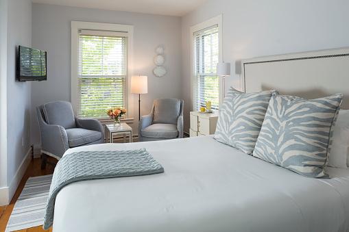ミニチュア「Pale Gray Bedroom with Two Chairs」:スマホ壁紙(2)