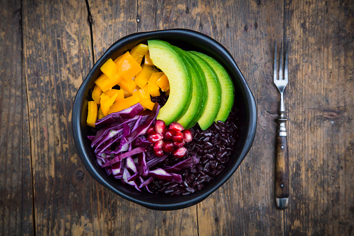 Black Rice「Lunch bowl with black rice, avocado, yellow bell pepper, red cabbage and pomegranate seed on wood」:スマホ壁紙(14)