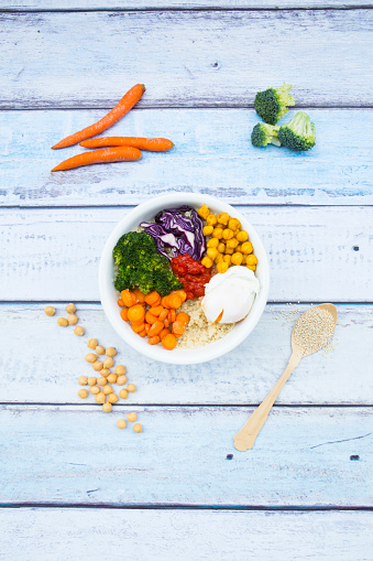 Chick-Pea「Lunch bowl of quinoa, red cabbage, carrots, roasted chickpeas, broccoli, poached egg and ajvar」:スマホ壁紙(13)