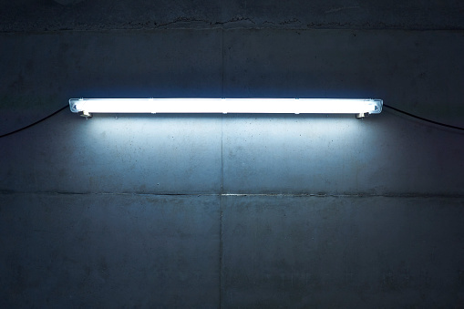 Neon「Neon light at concrete wall」:スマホ壁紙(8)