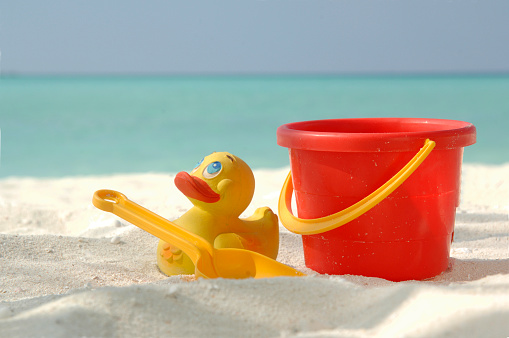 おもちゃのアヒル「Toys for playing in the sand at beach」:スマホ壁紙(6)