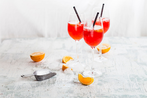 Spraying「Aperol spritz, bitter liqueur, prosecco wine, sparkling mineral water and orange slice」:スマホ壁紙(5)