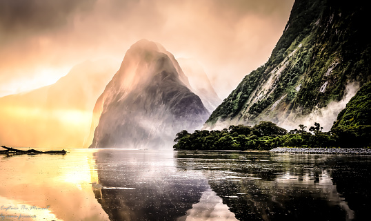 New Zealand「Milford Sound mist at sunset, South Island, New Zealand」:スマホ壁紙(7)