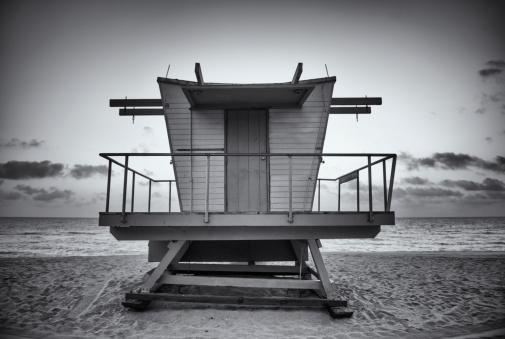 マイアミビーチ「ブラックとホワイトのマイアミビーチのライフガードスタンド」:スマホ壁紙(17)