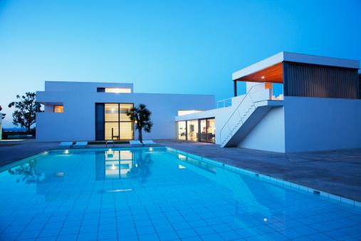 Villa「Pool outside modern house at twilight」:スマホ壁紙(7)
