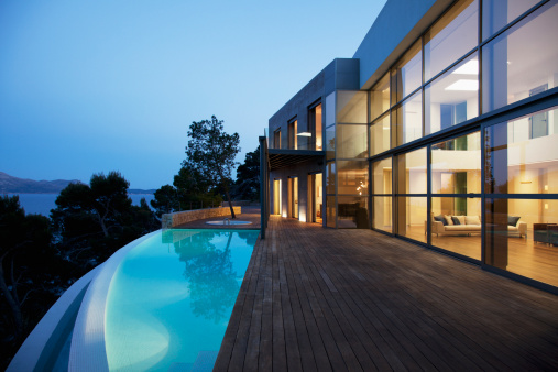 Wealth「Pool outside modern house at twilight」:スマホ壁紙(4)