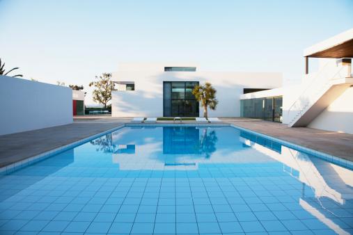 Villa「Pool outside modern house」:スマホ壁紙(13)