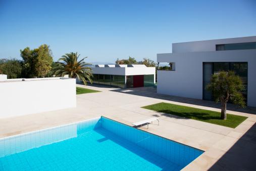 Balearic Islands「Pool outside modern house」:スマホ壁紙(16)