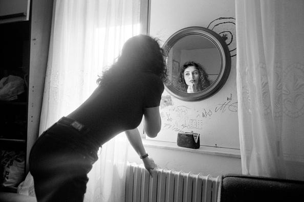 Bedroom「Bosnia, Sarajevo - July 1992. Young Bosnian woman applying lip stick in bedroom mirror」:写真・画像(11)[壁紙.com]