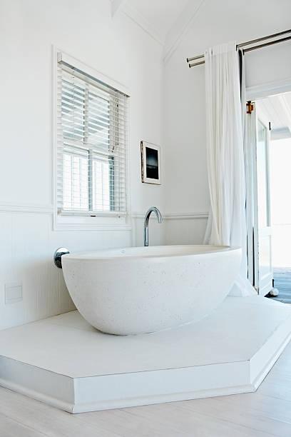 Beautiful bath tub in an apartment:スマホ壁紙(壁紙.com)