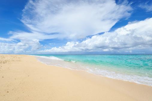 雲「Beautiful beach」:スマホ壁紙(1)
