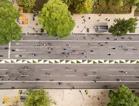 自転車「People cycling at the street」:スマホ壁紙(7)