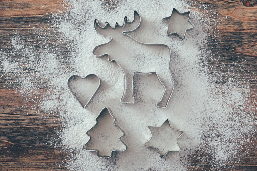 Pastry Cutter「Five cookie cutters sprinkled with flour on wood」:スマホ壁紙(12)