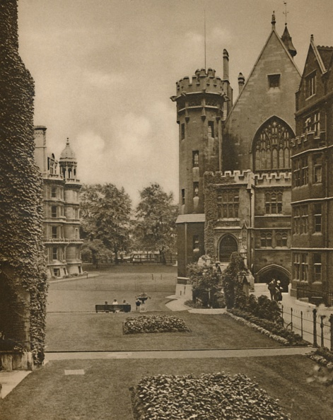 Flowerbed「Vista Of Middle Temple Gardens From Fountain Court」:写真・画像(18)[壁紙.com]