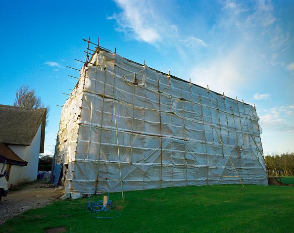 Hiding「Barn conversion. Barn covered by a scaffolding net」:写真・画像(3)[壁紙.com]