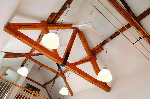 Ceiling「Barn conversion in Gloucestershire, UK. The open ceiling in the kitchen.」:写真・画像(8)[壁紙.com]
