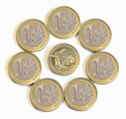 Continuity「Circle of euro coins, one pound coin in centre.」:スマホ壁紙(9)