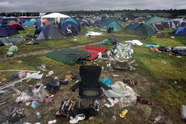 Worthy Farm「Festival Goers Depart From A Muddy Glastonbury」:写真・画像(4)[壁紙.com]