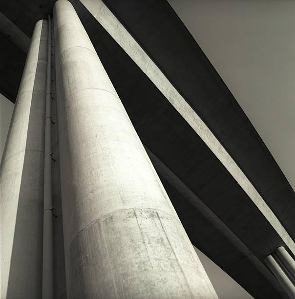 Under a Bridge and Looking Up Column:スマホ壁紙(壁紙.com)