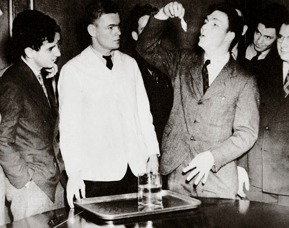 University Student「Lothrop Withington Jr (Right) A Harvard Freshman Swallowing A Goldfish USA 1935」:写真・画像(9)[壁紙.com]