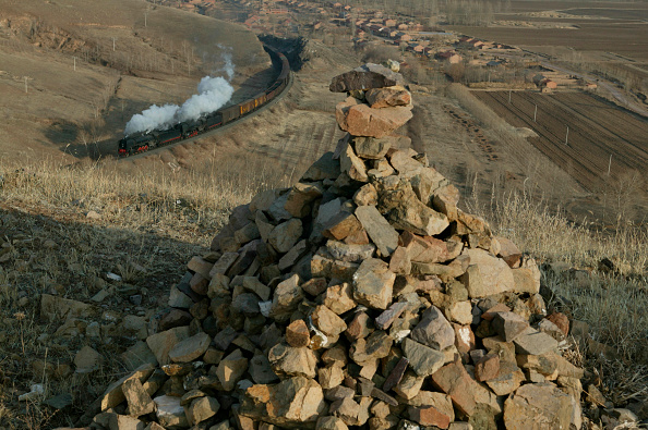 Extreme Terrain「A hilltop Ao Bao (Mongolian burial mound) at Wenduheshuo on the Reshui-Daban section of the Ji-Tong railway in Inner Mongolia. A pair of QJs head westwards on Friday 3rd December 2004.」:写真・画像(19)[壁紙.com]