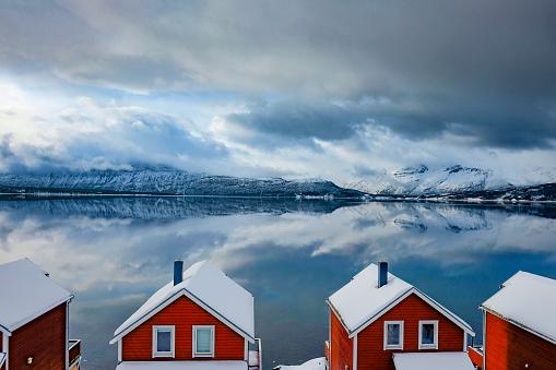 ノルウェー「冬のノルウェー北部のフィヨルド ノルウェーのキャビン」:スマホ壁紙(4)