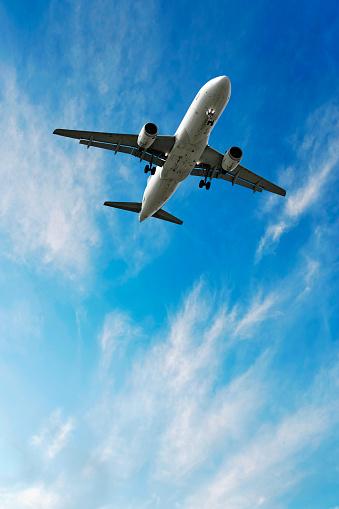 Airplane「jet airplane landing in bright sky」:スマホ壁紙(16)