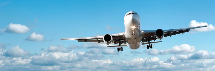 Approaching「jet airplane landing in bright sky」:スマホ壁紙(6)