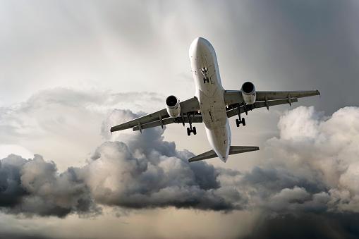 Approaching「XXL jet airplane landing in storm」:スマホ壁紙(18)