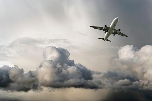 Thunderstorm「jet airplane landing in storm」:スマホ壁紙(0)