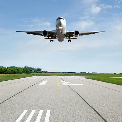 Airplane「XL jet airplane landing on runway」:スマホ壁紙(11)