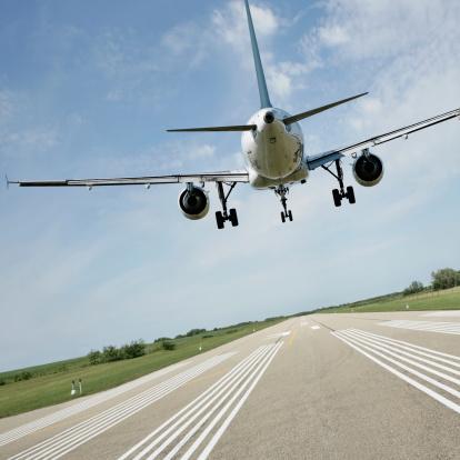 Approaching「XL jet airplane landing on runway」:スマホ壁紙(15)