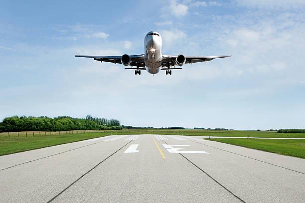 XL jet airplane landing on runway:スマホ壁紙(壁紙.com)