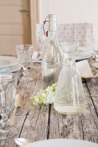 Place Setting「Water bottle, carafe, glasses and white blossom on festive laid table」:スマホ壁紙(2)