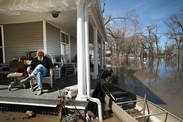 座る「Flooding Continues To Cause Devastation Across Midwest」:写真・画像(3)[壁紙.com]