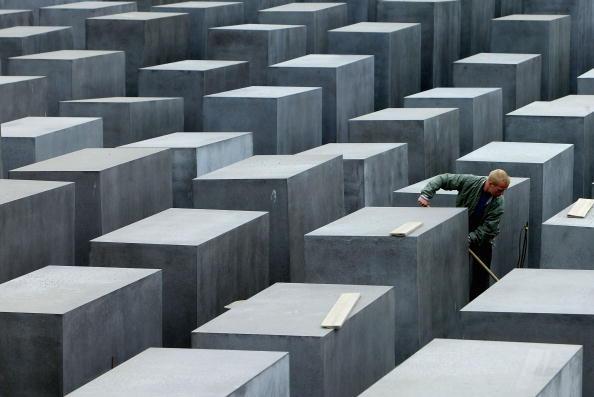 Sweeping「Berlin Holocaust Memorial Half Way Complete」:写真・画像(11)[壁紙.com]