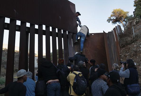 Fence「Immigrant Caravan Members Continue To Gather At U.S.-Mexico Border」:写真・画像(6)[壁紙.com]